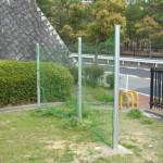 子供がボールとともに道路へ飛び出さないように防球ネットを設置